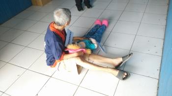 Kakek Teo memperagakan caranya mencabuli Melati saat reka ulang kejadian di Polres Barito Utara, Selasa (17/1/2017). (BORNEO/RAMADHANI)