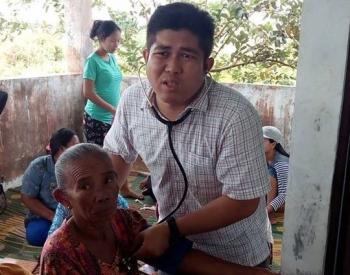 DIPERIKSA : Dokter Andri Yogi Putra sedang memeriksa kesehatan seorang lansia warga Desa Belanti Siam, Selasa (17/1/2017)\r\n