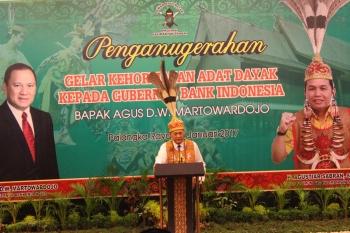 Gubernur Bank Indonesia (BI) Agus\\r\\nMartowardojo menyampaikan sambutan usai diberikan gelar adat Dayak. BORNEONEWS/M ROZIQIN