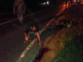 Lokasi kecelakaan lalulintas di jalan lintas Kalimantan, Desa Mantaren II Kecamatan Kahayan Hilir, Pulang Pisau, Selasa (17/1/2017), pukul 23.00 WIB. Sebuah motor bersenggolan dengan truk angkutan, pengendara motor luka parah. BORNEONEWS/JAMES DONNY