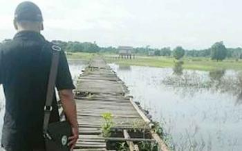 Jembatan titian petani di Kelurahan Mangkatip. BORNEONEWS/URIUTU DJAPER