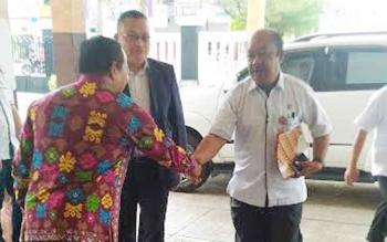 Sekda Gumas, Kamiar bersalaman dengan pengurus Kopdit CU Betang Asi sebelum memasuki GPU Tampung Penyang untuk membuka RAT CU Betang Asi, Rabu (18/1/2017) pagi. BORNEONEWS/EPRA SENTOSA