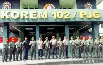 Kapolda Kalteng Brigjen Anang Revandoko dan Danrem 102/Pjg Kolonel Arm M Naudi Nurdika beserta jajaran mereka ketika berfoto bersama. BORNEONEWS/BUDI YULIANTO