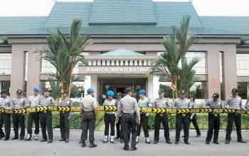 Puluhan anggoa polisi berjejer membentuk barisan dengan di depannya dipasangi tali Dalmas/sabuk depan kantor bupati setempat, Rabu (18/1/2017). BORNEONEWS/ABDUL GOFUR