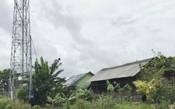 Sebuah tower telekomunikasi yang di bangun di dekat pemukiman warga di wilayah Kota Sampit, Kotim. BORNEONEWS/M RIFQI