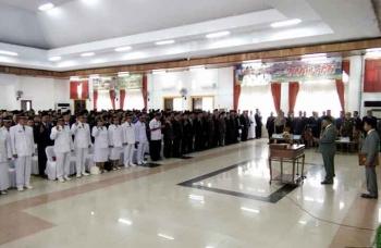 Sebanyak 460 pegawai eselon III (administrator) dan eselon IV (Pengawas) di lingkungan Pemkab Lamandau resmi dilantik oleh Bupati Lamandau, Marukan, Rabu (18/1/2017). BORNEONEWS/HENDI NURFALAH