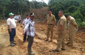 Kepala Desa Sabuh Ahmad Junaid menunjukkan jalan desa kepada Bupati Barito Utara Nadalsyah dan rombongan. (BORNEONEWS/RAMADHANI)