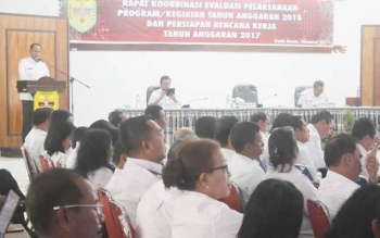 Bupati Gunung Mas Arton S Dohong menyampaikan sambutan ketika membuka rapat koordinasi evaluasi pelaksanaan program/kegiatan tahun anggaran 2016. BORNEONEWS/EPRA SENTOSA