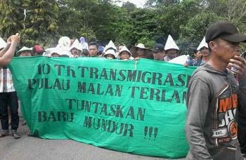 Sekitar 100-an warga UPT Pulau Malan, Kecamatan Pulau Malan, Kabupaten Katingan saat berdemo di kantor bupati setempat, Rabu (18/1/2017). BORNEONEWS/ABDUL GOFUR