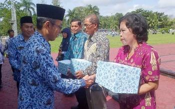 Pj Bupati Barsel, H. Mugeni menyerahkan bingkisan pada guru swasta berprestasi di wilayahnya baru baru ini.