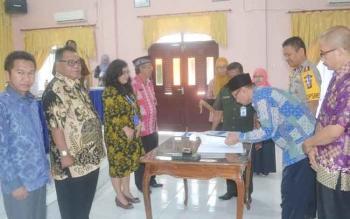 Bupati Sukamara, Ahmad Dirman saat menyaksikan penandatangan DIPA. BORNEONEWS/NORHASANAH