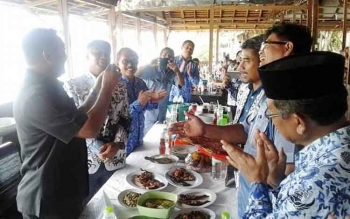 SILATURAHMI : Kepala Pendidikan Kota Palangka Raya, Sahdin Hasan mengadakan acara silaturahmi dengan pengurus PGRI disalah satu rumah makan, Rabu (18/1/2017). BORNEONEWS/TESTI PRISCILLA
