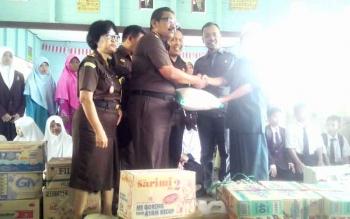 Kejari Kapuas H Subroto SH didampingi seluruh pegawai Kejaksaan Negeri Kuala Kapuas menyerahkan bantuan sembako kepada Kepala Pondok Pesantren Al Amin Suryanto, Rabu (18/1/2017). BORNEONEWS/DJIMMY NAPOLEON