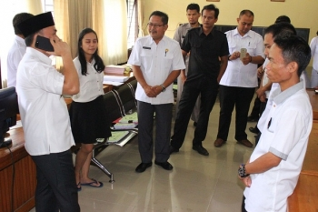 SIDAK : Gubernur Kalteng Sugianto Sabran langsung menelpon Kepala BKD Saidina Aliansyah guna memastikan jumlah tenaga kontrak di sela Sidak ke kantor dinas pendidikan, Rabu (18/1/2017. BORNEONEWS/ROZIQIN\r\n