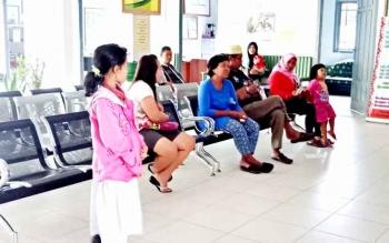 Pasien saat menunggu giliran pemeriksaan kesehatan oleh dokter di Puskesmas Sukamara, Rabu (18/1/2017). BORNEONEWS/NORHASANAH