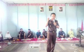 Kasi Datun Siswanto Kejaksaan Negeri Kuala Kapuas saat memberikan materi terkait bahaya narkoba, pergaulan bebas, miras dan di hadapan ratusan santri Pondok Pesantren, Al Amin, Rabu (18/1/2017). BORNEONEWS/DJIMMY NAPOLEON