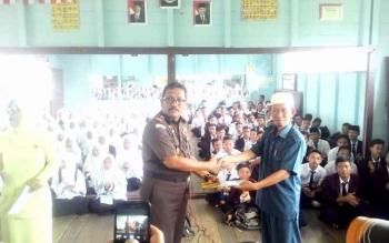Kejari Kapuas Subroto SH menyerahkan tali asih kepada Pimpinan Pondok Pesantren Al Amin, Supriyanto, Rabu (18/1/2017).