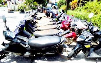 Puluhan sepeda motor diamankan di Polsek Pahandut, Kota Palangka Raya, sebagai barang bukti kejahatan. Kini, identitas pemilik puluhan motor itu sudah diketahui. (BORNEONEWS/BUDI YULIANTO)