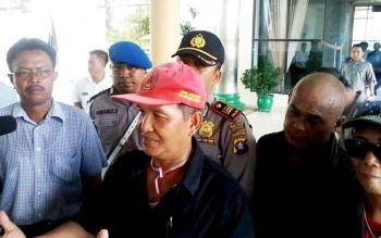 Koordinator demo damai menuntut Bupati Katingan mundur, Menteng Aswin saat memberi keterangan pers di gedung dewan setempat, Rabu (18/1/2017).BORNEONEWS/ABDUL GOFUR