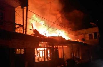 Kebakaran di Jalan Patih Suryadilaga, RT 12 Kelurahan Mendawai, Kecamatan Arut Selatan, Kotawaringin Barat, Rabu (18/1/2017), pukul 23.40 WIB, menghanguskan dua rumah warga. BORNEONEWS/KOKO SULISTYO