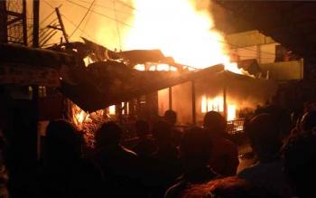 Api membakar dua rumah di Jalan Patih Suryadilaga, Pangkalan Bun, Kabupaten Kotawaringin Barat, Rabu (18/1/2017), sekitar pukul 23.40 WIB. (BORNEONEWS/KOKO)
