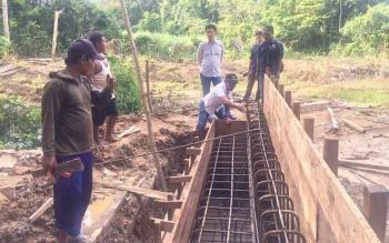 CEK PEKERJAAAN : Bupati Barito Utara, Nadalsyah mengecek pekerjaan Kandui Montallat, Kamis (18/1/2017). BORNEONEWS/RAMADHANI