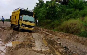 Beberapa titik kerusakan di jalan Negara-Benangin, Kabupaten Barito Utara. (BORNEONEWS/RAMADHANI)