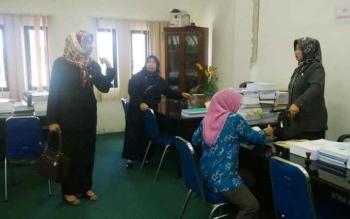 Ketua Komisi A DPRD Kabupaten Barito Utara Nurul Ainy (kiri) bersama anggota Komisi A lainnya saat di ruang komisi. (BORNEONEWS/RAMADHANI)