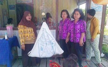 Pengurus Posyandu Pakat Sasameh binaan Dinas PU Barito Selatan dalam kegiatan penimbangan bayi, Kamis (19/1/2017). BORNEONEWS/PPOST/H. LAILY MANSYUR