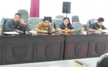RAPAT : Anggota DPRD Gumas, Reliana (tiga dari kiri) saat mengikuti rapat. BORNEONEWS/EPRA SENTOSA