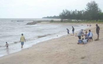 Pantai Anugrah di Desa Sungai Tabuk, Kecamatan Pantai Lunci Kabupaten merupakan salah satu potensi desa yang bisa mendatangkan uang. BORNEONEWS/NORHASANAH