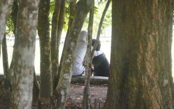 Salah satu pasangan terlihat berduan di Taman Permata Sukamara. BORNEONEWS/NORHASANAH