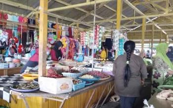 Pedagang saat berjualan di Pasar Sayur Ikan (Saik) Sukamara. BORNEONEWS/NORHASANAH