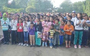 Anak-anak saat mengikuti kegiatan jalan sehat di halaman eks Kantor Bupati lama. BORNEONEWS/NORHASANAH