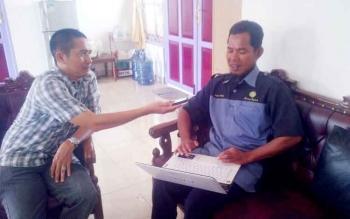 Fore Caster Stasiun Meteorologi Sanggu Buntok, Sudarmono, memberikan keterangan kepada wartawan. (BORNEONEWS/URIUTU)