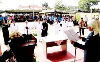 Sejumlah kades terpilih di kecamatan Bulik, saat dilantik. BORNEONEWS/HENDY NURFALAH