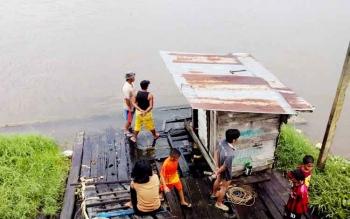Kebiasaan di Sungai ini Dinilai Camat Teluk Sampit Tidak Baik