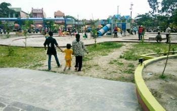 Warga Pangkalan Bun menikmati fasilitas Taman Kota. Saat ini, Kobar belum memiliki ikon pariwisata.