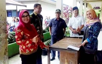 KUNKER- Anggota Komisi C DPRD Kota Palangka Raya Mukarramah (Kanan) bersama jajaran Disdik Kota Palangka Raya saat berkunjung ke salah satu sekolah. BORNEONEWS/TESTI PRISCILLA