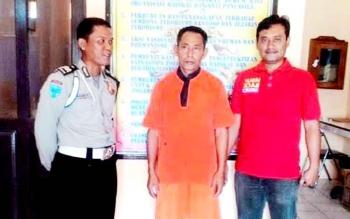 Tersangka pembawa senjata tajam Winarto (tenga) diamankan di Polsek Dusun Selatan, Kabupaten Barito Selatan. (BORNEONEWS/URIUTU)