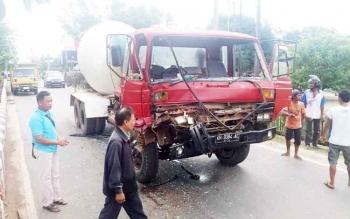 Sebuah truk hancur bagian depannya akibat bertabrakan dengan mobil saat melintasi Jalan Tjilik Riwut, beberapa waktu lalu. BORNEONEWS/HAMIM