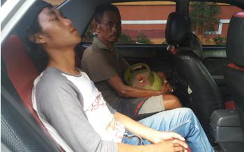 Pelaku pemcurian tabung gas LPG saat dibawa korbannya untuk diantar ke Polsek Ketapang, agar diproses lebih lanjut. BORNEONEWS/HAMIM