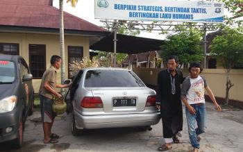 Pelaku pencurian tabung gas elpiji 3 kg, saat dibawa korban dan warga ke Mapolsek Ketapang. BORNEONEWS/HAMIM