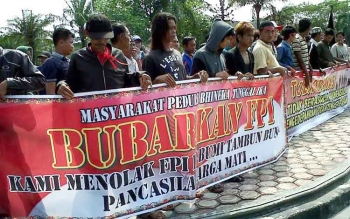 DEMO : Ratusan warga menggelar demo di Bundaran Besar, Palangka Raya, Jumat (20/1/2017) pukul 09.00 WIB. Mereka menuntur pemerintah segera membubarkan FPI. (BORNEONEWS/BUDI YULIANTO)