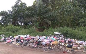 Lahan kosong yang dijadikan warga tempat pembuangan sampah di Kecamatan Mentawa Baru Ketapang. BORNEONEWS/RIAN NAFARIN
