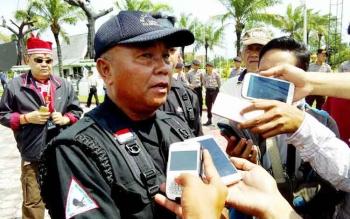 Kepala Barisan Pertahanan Masyarakat Adat Dayak (Batamad) Kota Palangka Raya Hefraim Baboe memberikan keterangan kepada wartawan di sela demonstrasi, Jumat (20/1/2017. BORNEONEWS/BUDI YULIANTO