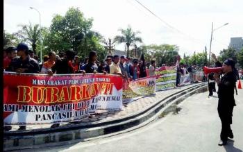 DEMO : Ratusan masyarakat menggelar aksi demo di Bundaran Besar, Palangka Raya, Jumat (20/1/2017). Demo ini menuntur agar pemerintah segera membubarkan FPI. BORNEONEWS/BUDI YULIANTO