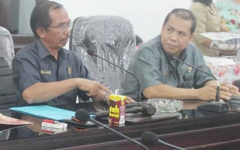 RAPAT : Ketua DPRD Gunung Mar, Gumer (kiri) bersama Wakil Ketua I Punding S Merang memimpin rapat. BORNEONEWS/EPRA SENTOSA