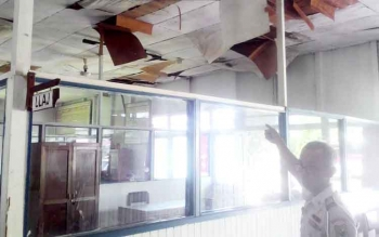 Untung, pegawai Dinas Perhubungan Kapuas, menunjukkan kondisi plafon di dinas ini yang sudah rusak. BORNEONEWS/DJIMMY NAPOLEON