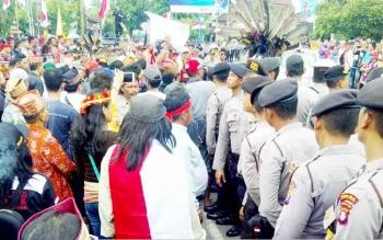 Demo tuntut bubarkan FPI di Bundaran Besar, Palangka Raya, Jumat 920/1/2017) pukul 14.00 WIB. Pendemo menuntut pemerintah segera membubarkan FPI. (BORNEONEWS/BUDI YULIANTO)
